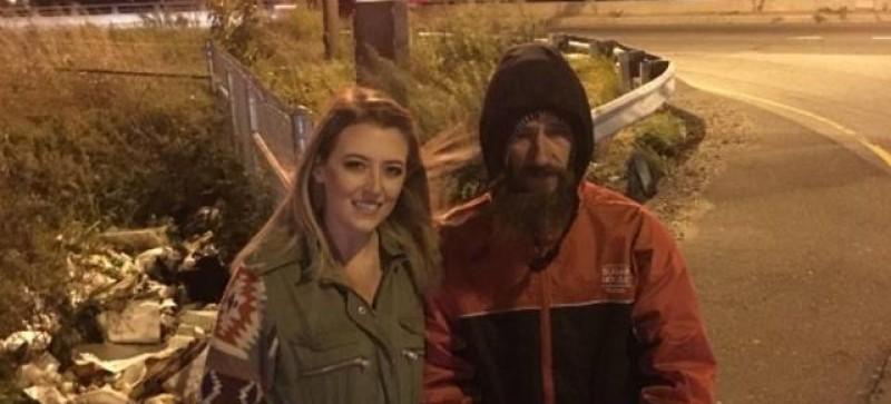 Casal arrecadou R$ 370 mil para morador de rua que pagou sua gasolina