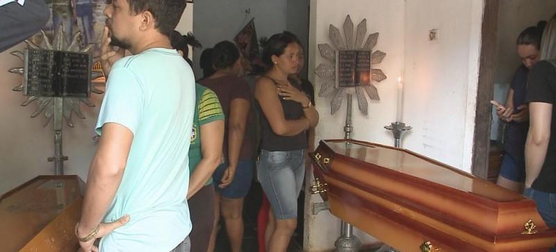 Clima de comoção marca velório de vítimas de capotamento de micro-ônibus no Maranhão