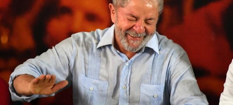 Juiz manda apreender passaporte e proíbe Lula de deixar o Brasil
