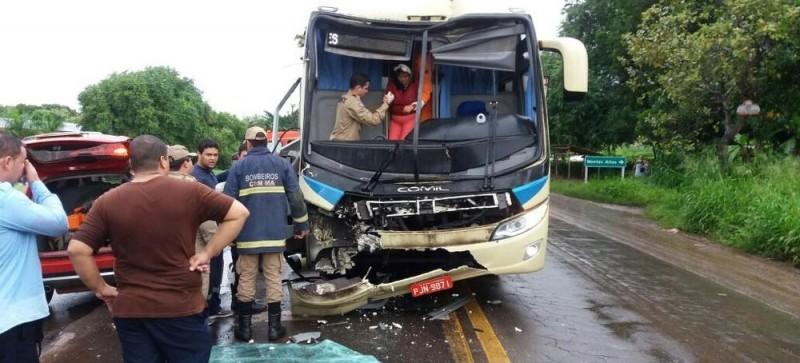 Ônibus colide na traseira de caminhão na BR-010 e uma passageira fica ferida