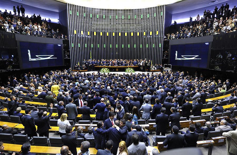 Comissão da Câmara aprova cláusula de barreira e fim de coligação