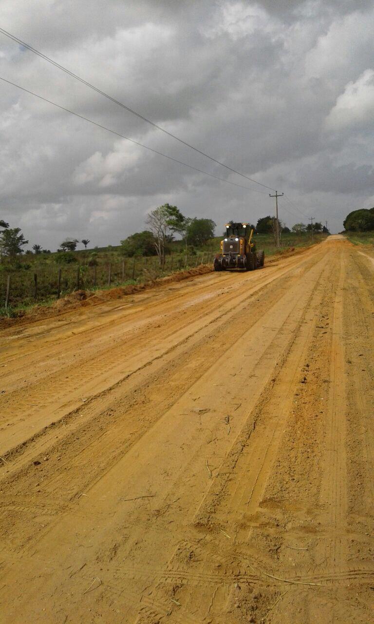 Estrada que liga a sede de Centro Novo a Chega Tudo passa por manutenção