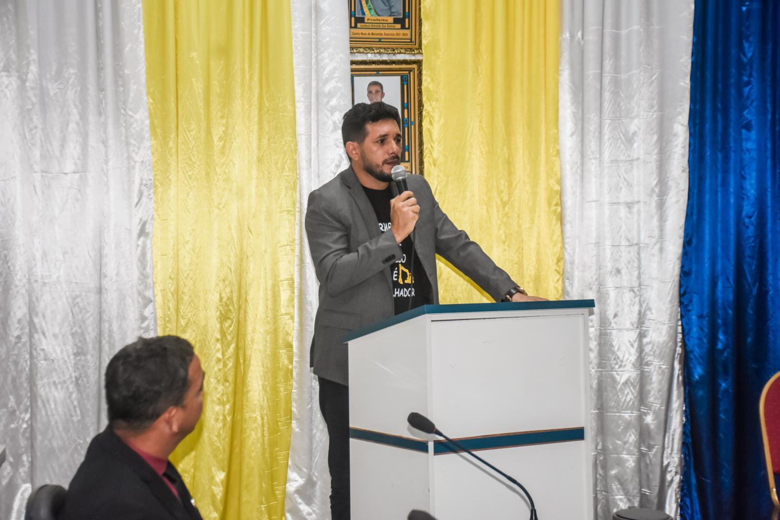 Emocionado, vice-prefeito Moab Carrias recebe o comando da Prefeitura